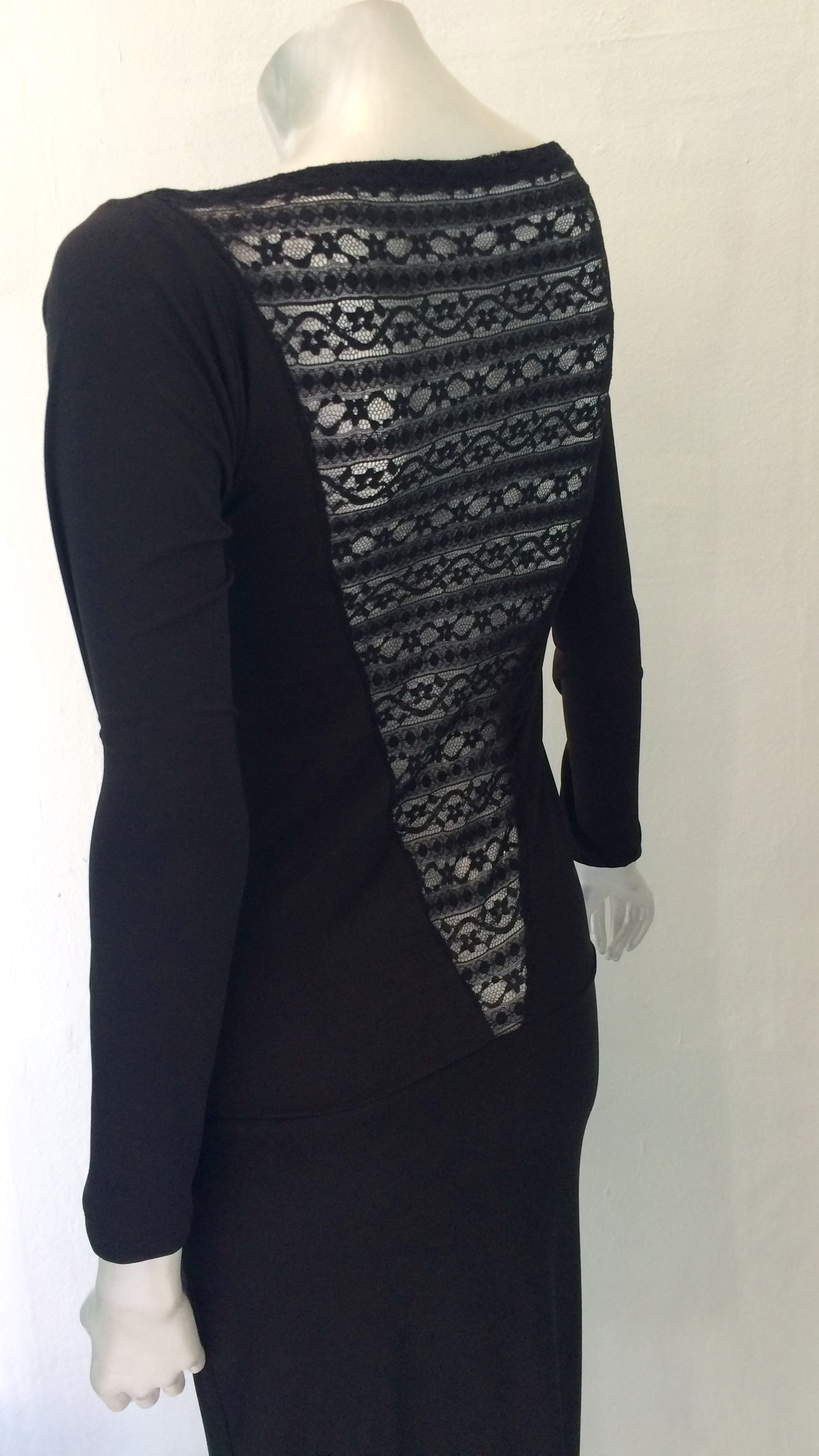 97d8d127c7d Kort sort kjole m blondeudskæring i ryggen og lange ærmer