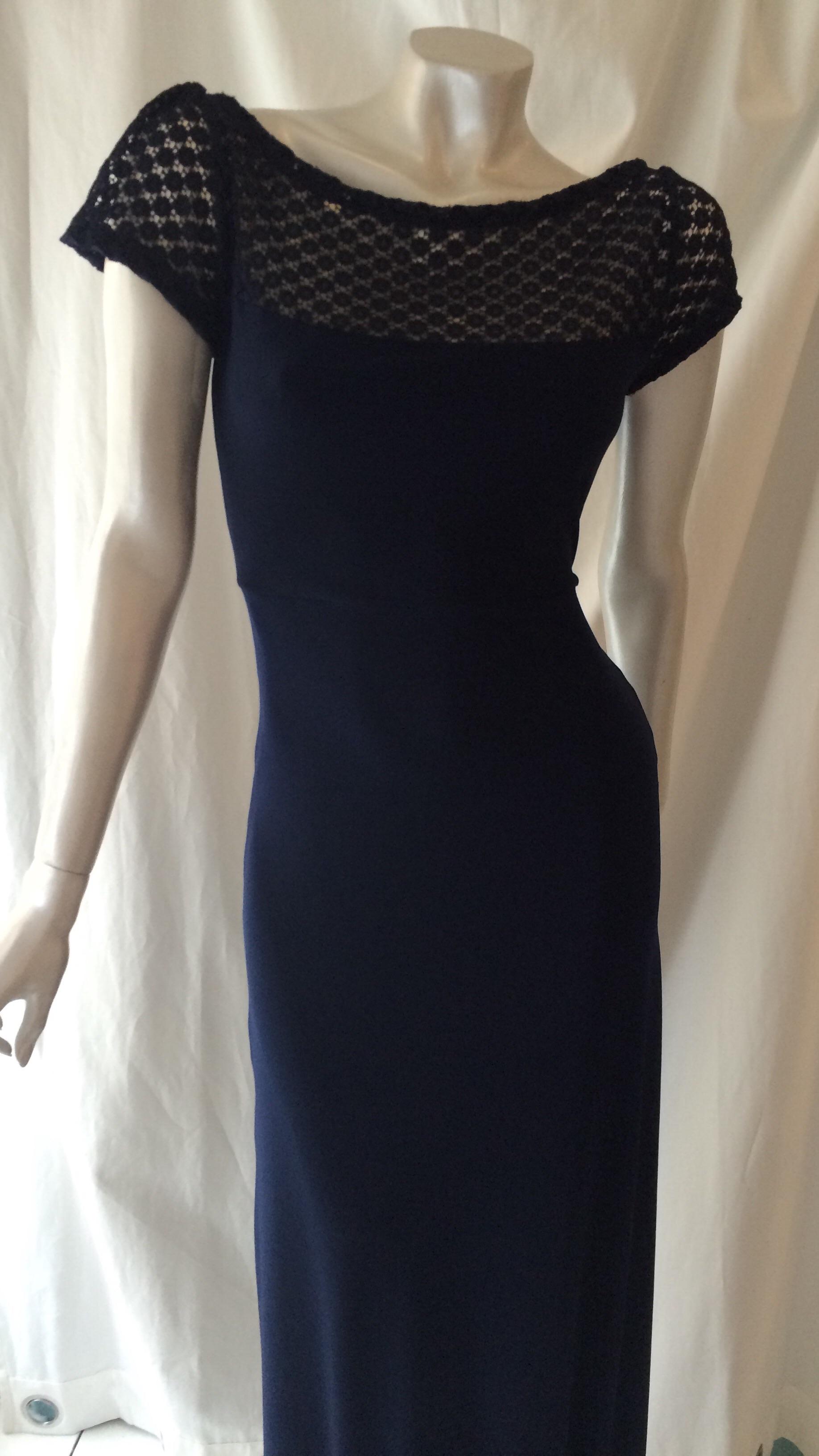 bb101ec923b Designer festkjole: Lang kjole m lille blondeærme, mørkeblå ...