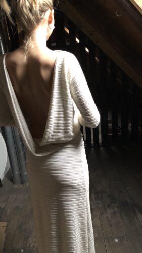 039f52df Lang kjole m dybt kryds i ryggen og lange ærmer, creme m guldstriber