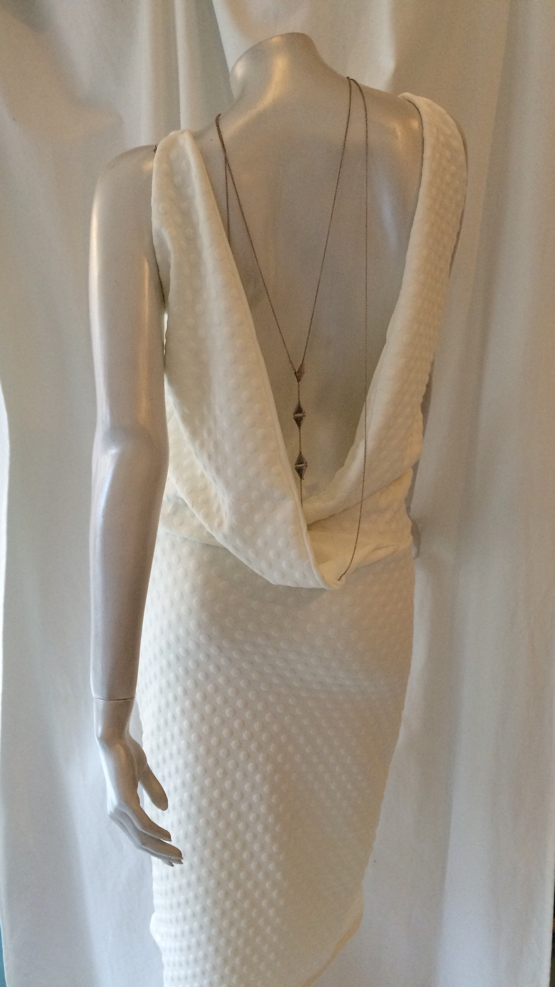 b5772ef2 Designer festkjole: Kort kjole m dybt kryds i ryggen og foer hvid ...
