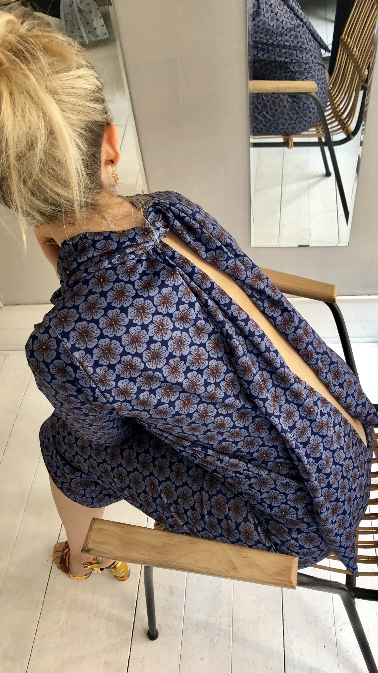 45de4984 Forside / Kort kjole m slids i ryggen og tørklæde, lyseblå blomster på  lilla bund. 55CB9B8B-7C1D-406E-A58E-697FE1D6B312